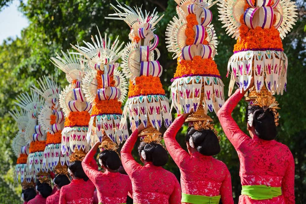 Costumes typiques de Bali et offrandes