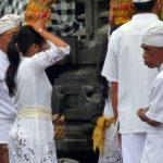 À l'entrée du temple de Goa Lawah