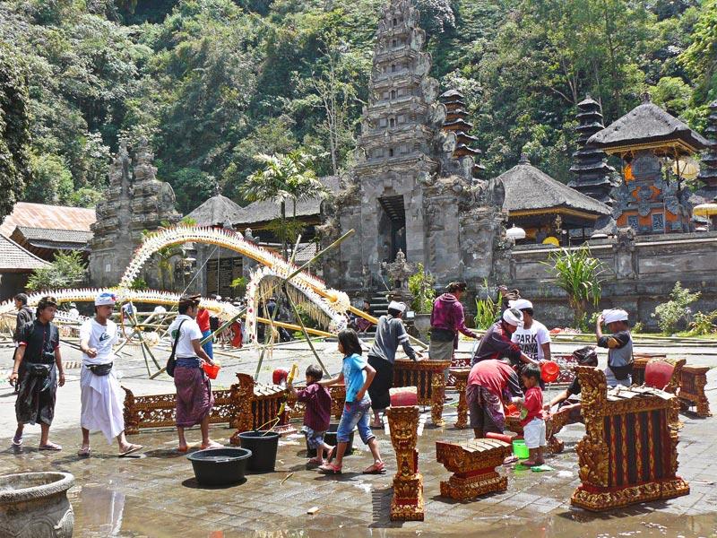 Nettoyage des gamelans à Gunung Batur