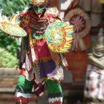 Homme en costume de Garuda