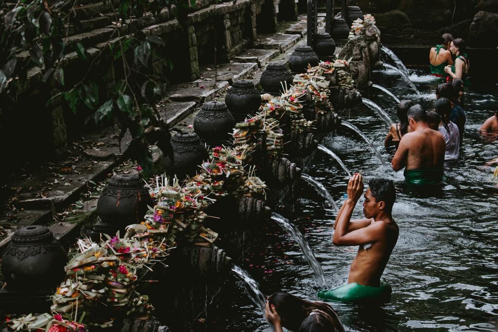 Cérémonie du Bain au temple sacré de Tirta Empul