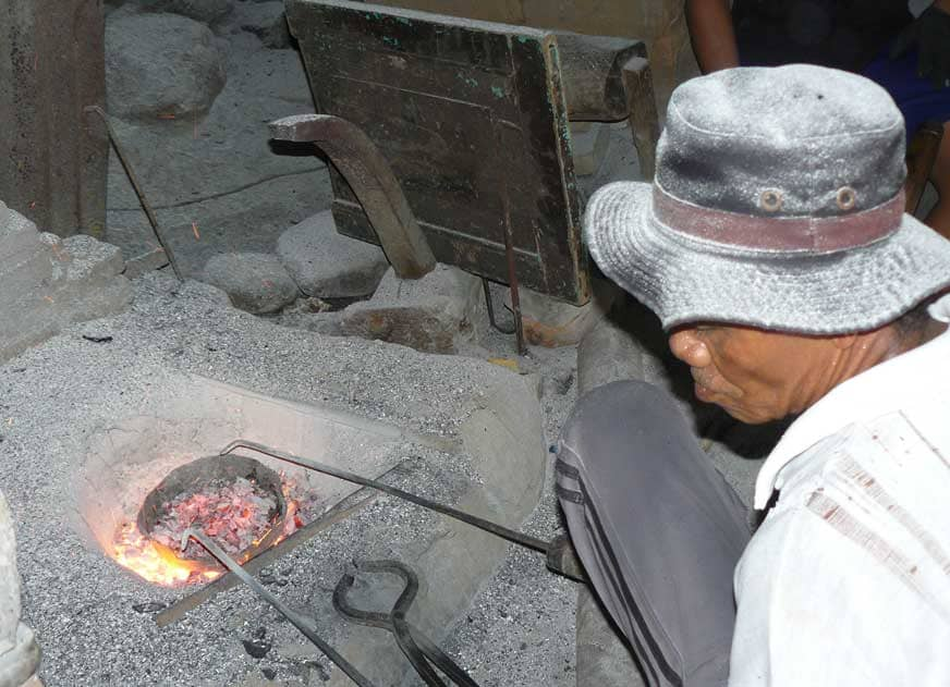 Fabrique de gongs à Klungkung